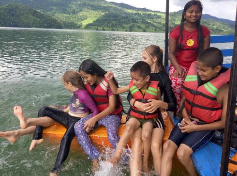 בפוקרה, נפאל, גרנו אצל משפחה נפאלית מקסימה והילדות נקשרו לילדים שלהם, אז החלטנו לקחת את הילדים שלהם איתנו לטיולים והם לפעמים שמרו על הבנות כך שיכולנו לצאת לבד בערבים (צילום: משפחת זיסמן)