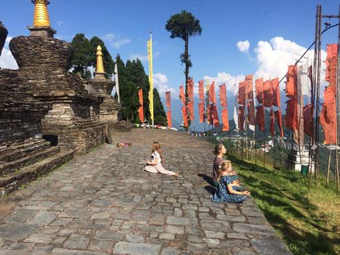 יצאנו מנפאל להודו דרך הסיקים – מקום מופלא, שהיינו בו כמעט לבד והתיידדנו עם הנזירים והנזירות. בתמונה כליל ודולב מנסות ליישם את המדיטציות והשירה שלמדו בטיול ושיזף מתרגלת גמישות בטקוואנדו (צילום: משפחת זיסמן)