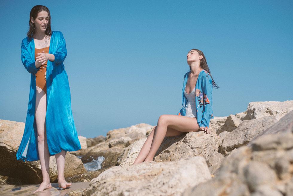 חולצה כחולה וקימונו - H&M; בגדי גוף - we must shop (צילום: הילה כדי)