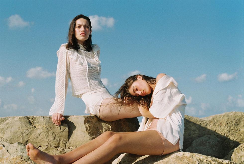 שמלה ורודה, עדיקה; חולצת מכופתרת, we must shop; חולצת תחרה וחזייה - H&M (צילום: הילה כדי)