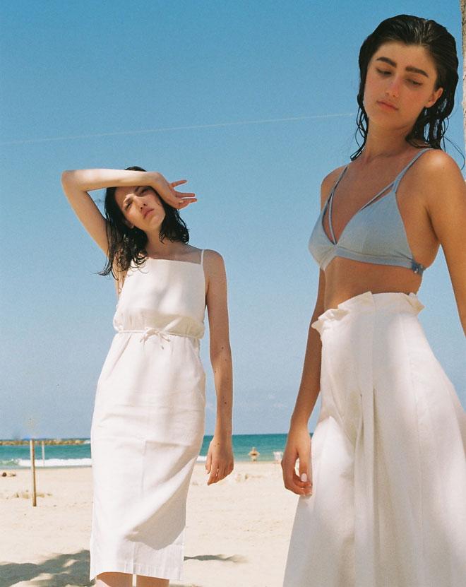 שמלה לבנה, we must shop; מכנסיים לבנים, H&M; חזייה כחולה, אוסף פרטי (צילום: הילה כדי)