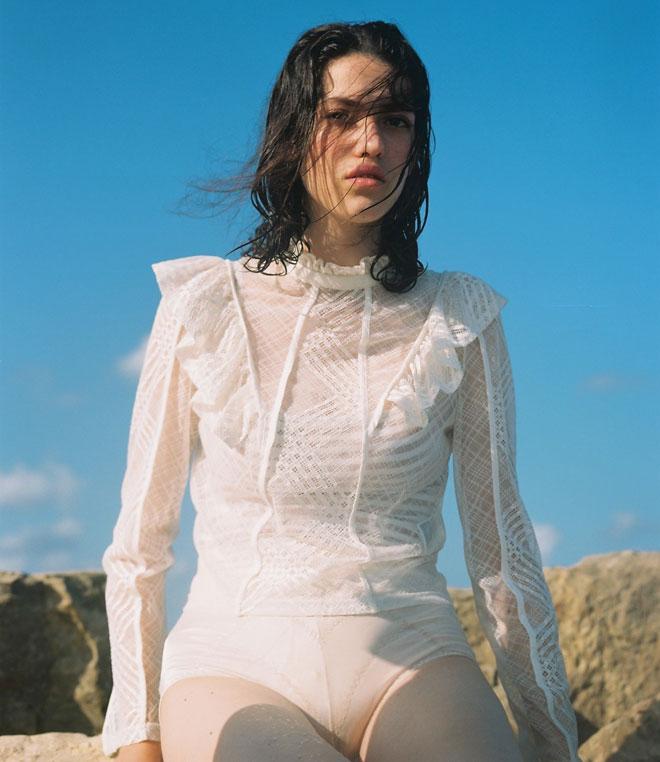 חולצת תחרה וחזייה - H&M (צילום: הילה כדי)
