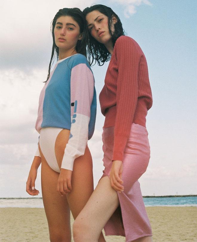 סריג ורוד וחצאית - H&M; סריג בשלושה צבעים - FILA; בגד ים לבן, אוסף פרטי  (צילום: הילה כדי)