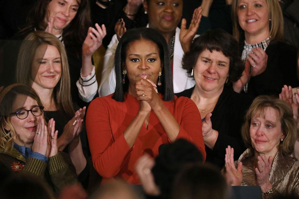 """מישל אובמה והיועצות בבית הלבן. """"התקווה מאפשרת לנו להתעלות מעל הקולות שזורעים כעס ופחד"""" (צילום: Chip Somodevilla/GettyimagesIL)"""