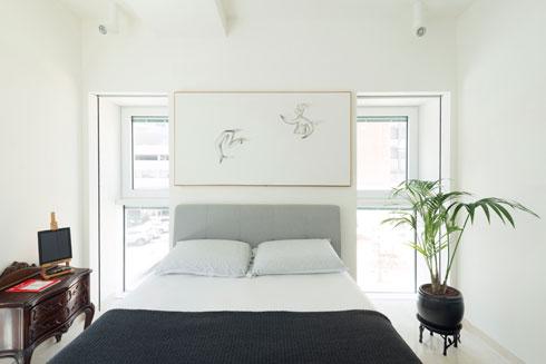 בחדר השינה שידה עתיקה שעברה בירושה, ומעל המיטה מתנה מחבר בן משפחת פילץ  (צילום: גדעון לוין)