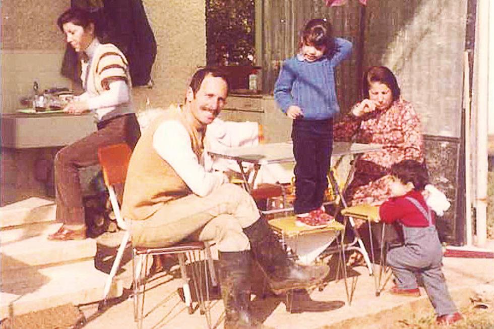 """תמונת הילדות של דנה שהורידה את האסימון: """"אני עומדת על כיסא ומסביבי אמא (משמאל), אבא, סבתא ואחי הקטן"""" (צילום: אלבום פרטי)"""