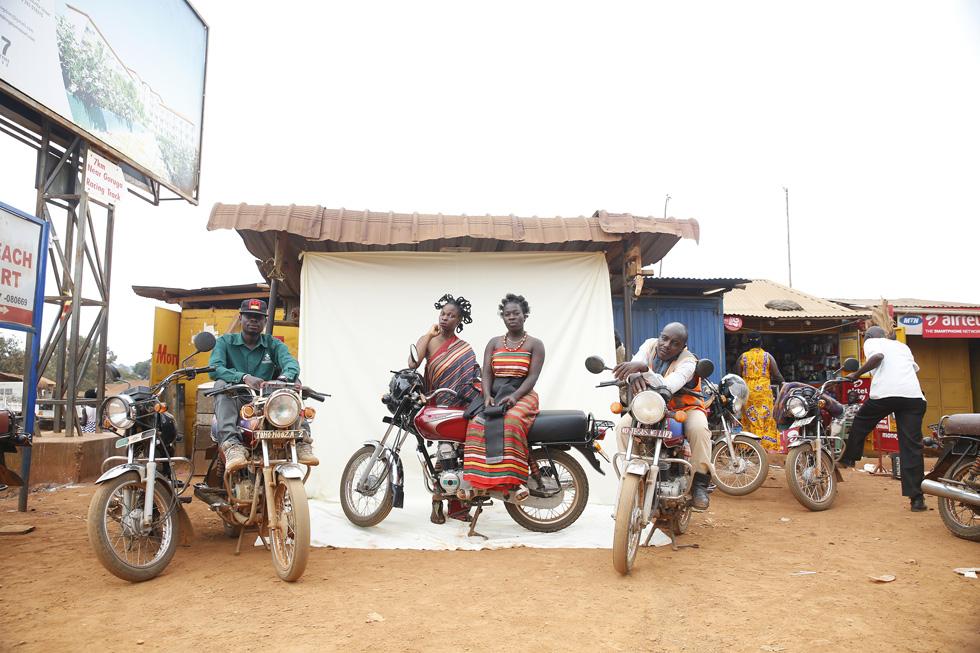ירדן רוקח, בוגרת המסלול לתקשורת חזותית במכון הטכנולוגי חולון, ביקרה באוגנדה שלוש פעמים: בפעם הראשונה הובילה אותה אהבתה לגורילות; בפעם השנייה באה להתנדב; ובפעם השלישית לצלם את פרויקט הגמר שלה, בעיר ובכפר (צילום: ירדן רוקח)