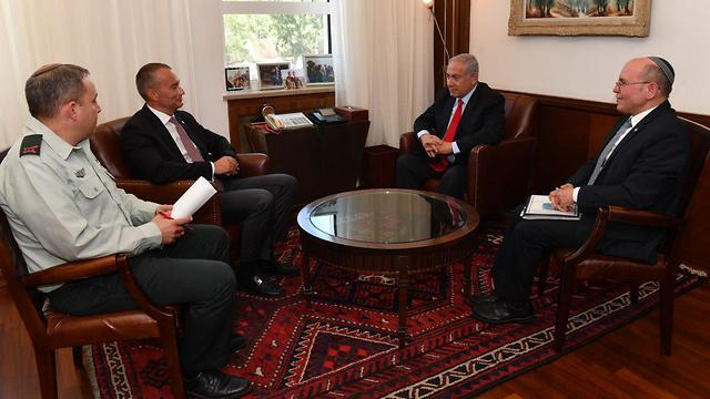 Meeting the PM and other officials (Photo: Gov. Press Office)