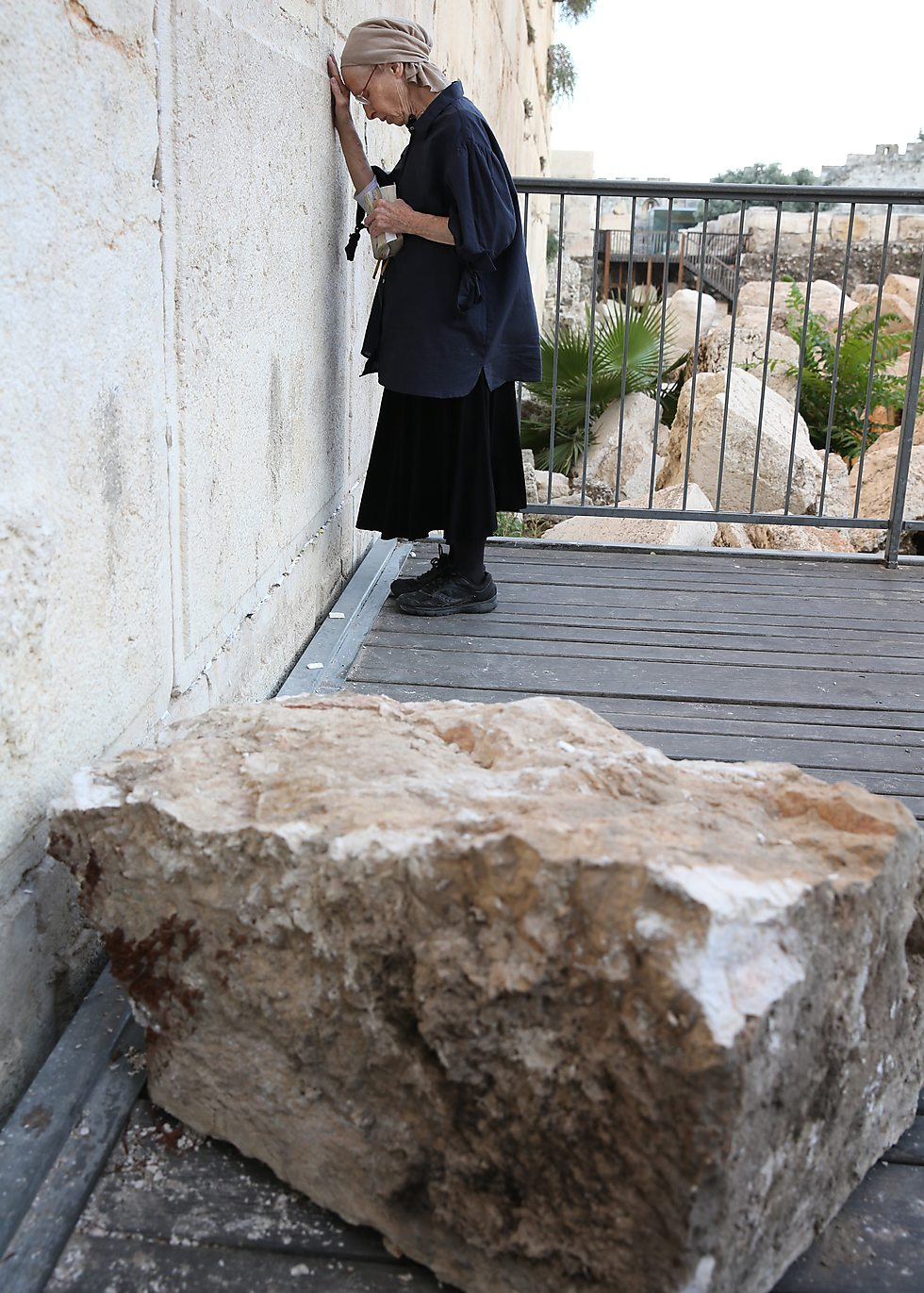 Женщина, рядом с которой упал блок, пришла вознести молитву во спасение. Фото: Алекс Коломойский
