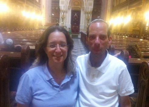 """עם אילנה דיין, שהשתתפה בסיור שלו. """"ברובע היהודי קל לי במיוחד"""" (צילום: באדיבות ראובן ברואר)"""