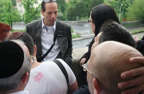 """ברואר בסיור בבודפשט. """"הרופאים אמרו שלא אצליח לתפקד"""" (צילום: באדיבות ראובן ברואר)"""