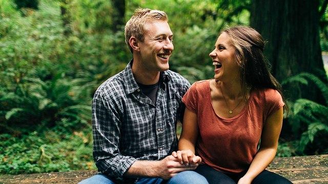 זוג צוחק (צילום: Shutterstock)