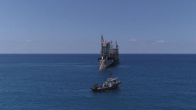 הספינה אודסיה המשמשת להנחת הצנרת סמוך לחוף דור (צילום: שותפות לווייתן)