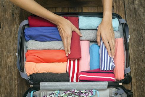 יותר נכון לגלגל ולדחוס היטב את הבגדים (צילום: Shutterstock)