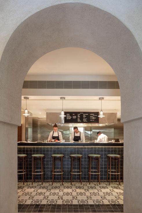 המטבח הפתוח במסעדת ''גולדה'' (צילום: עמית גרון)