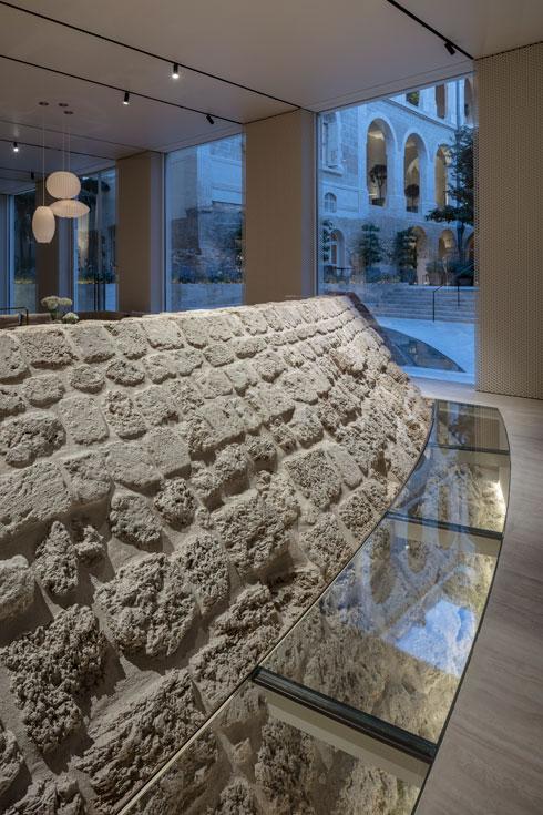שרידי החלקלקה הצלבנית בלובי (צילום: עמית גרון)