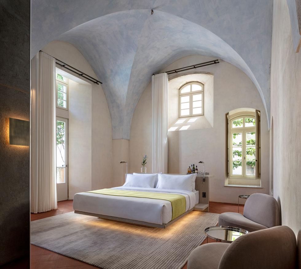 """בחדרי האירוח שבבניין ההיסטורי מודגשת טכניקת הבנייה מלפני 140 שנה, עם הקמרונות וקורות התקרה. בחדרים נוצרת אווירה מיוחדת, אך אין בהם נוף  אלא לחצרות הפנימיות. לילה לזוג בחדר """"דה לוקס"""" עולה 620 דולרים. לילה בסוויטה: 6,000 דולרים  (צילום: עמית גרון)"""