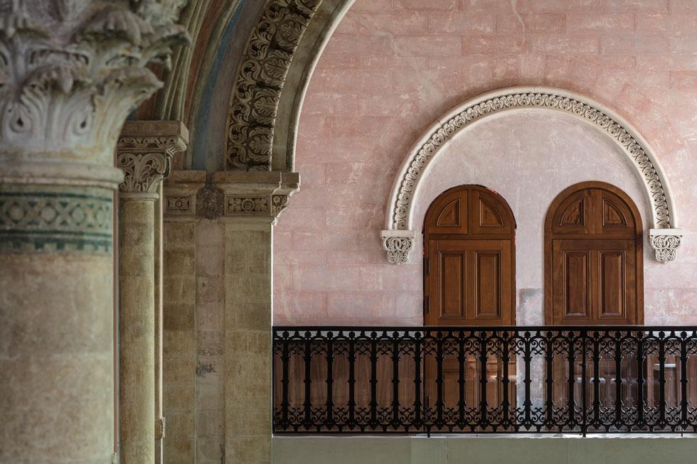 """""""האופי של יפו טמון בקשר ההדוק שלה לאבן"""", אומר האדריכל ג'ון פוסון, שתכנן גם את מוזיאון העיצוב בלונדון. """"אני בן הארץ"""", אומר האדריכל הישראלי רמי גיל, שותפו לתכנון ביפו. """"זה הפרויקט החשוב שביצעתי בחיי""""  (צילום: עמית גרון)"""
