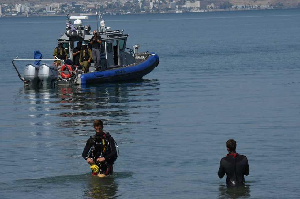 Searching for ISIS rockets shrapnel in the Kinneret (Photo: Avihu Shapira)