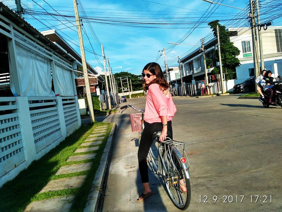 שחר רוכבת על אופניים במתחם המגורים צ'אנג מאי בתאילנד (צילום: משפחת מרגלית)