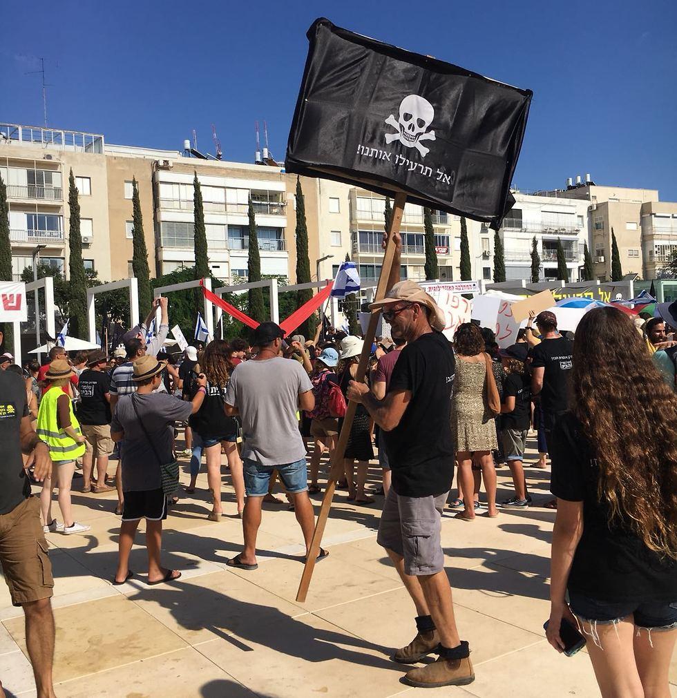 הפגנה בכיכר הבימה בתל אביב נגד הרחקת אסדות הגז הטבעי (צילום: רננה שנהב)