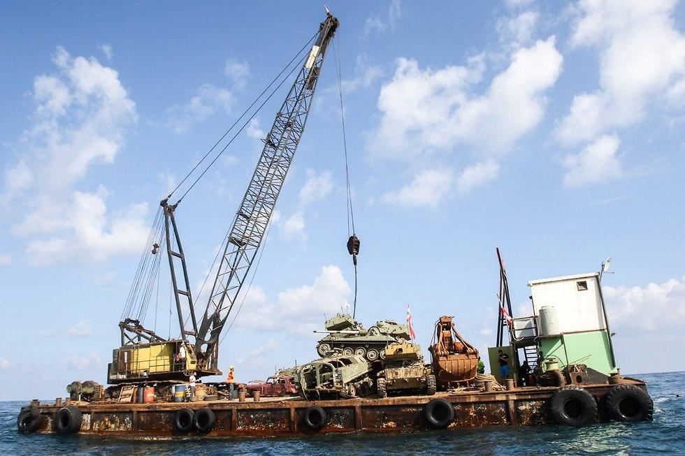 מורידים טנקים לים התיכון מול חופי צידון לבנון (צילום: AFP)