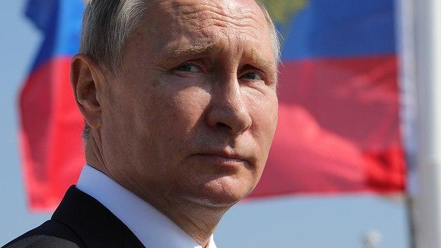 נשיא רוסיה ולדימיר פוטין צופה במפגן של הצי הרוסי (צילום: AFP)