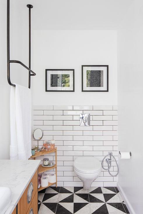 חדר הרחצה הזוגי. מתלה מגבות מברזל תלוי מהתקרה (צילום: אביעד בר נס)