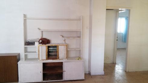 לפני השיפוץ. קיר ארוך חצה את הדירה לשניים (צילום: באדיבות סטודיו 37)