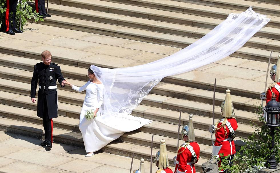 """בניגוד לכל ההימורים לפני החתונה, נחשפה שמלת הכלה השמרנית בעיצובה של קלייר ווייט קלר מבית האופנה ז'יבנשי, שמחירה 100 אלף ליש""""ט, ומאז מנהלת הדוכסית קשרי אופנה הדוקים עם המותג בהופעותיה הפומביות, וממשיכה להזניק את מניותיו. הקליקו על התמונות לכתבות המלאות  (צילום: Andrew Matthews/GettyimagesIL)"""