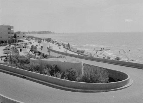 היו זמנים: הירידה אל חוף הים מרחוב הירקון ובאופק (משמאל) קפה פילץ ובית פילץ (צילום: Library of Congress, Prints & Photographs Division)