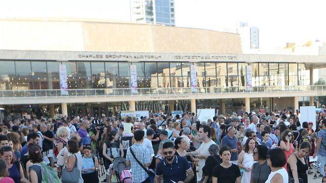 יו טיוב: שיעור הערבית הגדול בעולם בכיכר הבימה בתל אביב (צילום: מוטי קמחי)