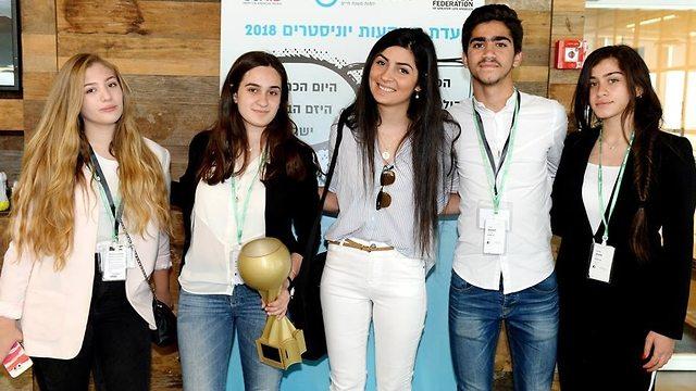 בני נוער מעמותת יוניסטרים מציגים את המיזם שלהן ()