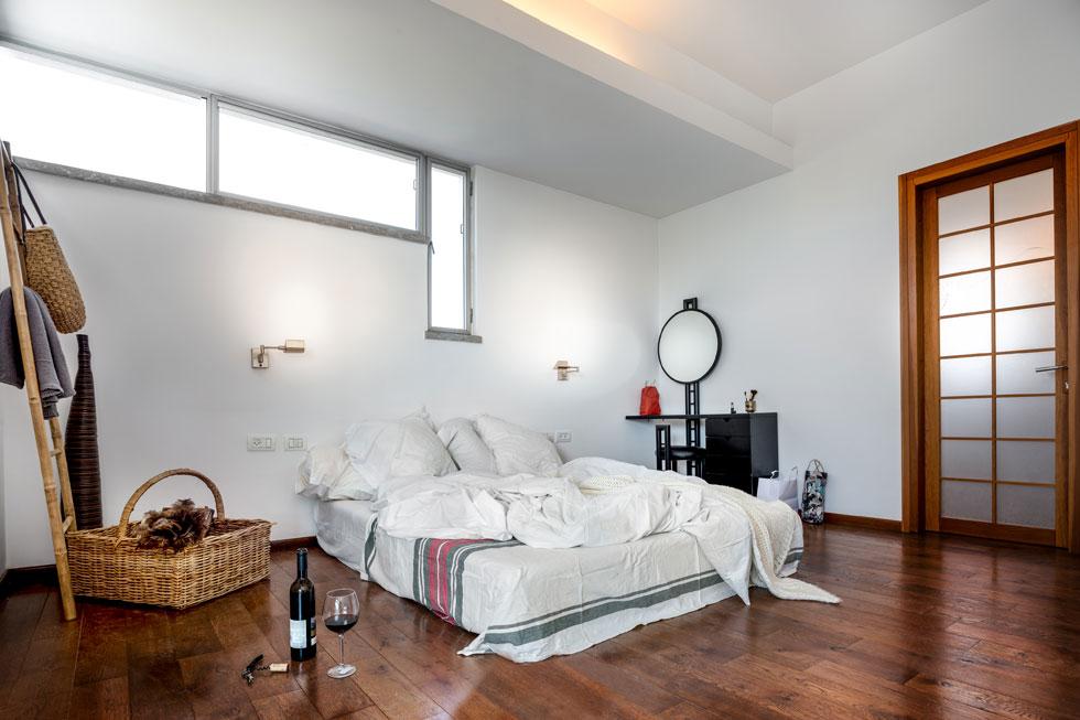 ריצוף עץ אלון מכתיב את האווירה בחדר השינה המינימליסטי  (צילום: איתי אבירן)