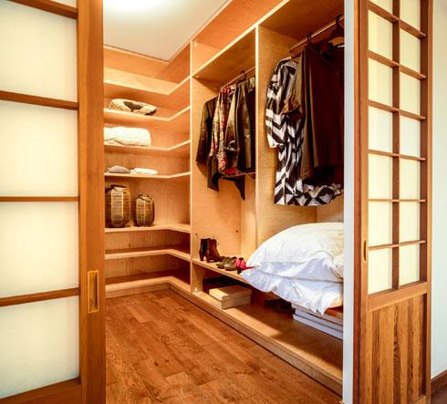את הנגרות בבית ביצע נגר שהתמחה בנגרות מקדשים ביפן (צילום: איתי אבירן)