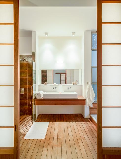 האמבט עוצב בהשראת בית מרחץ יפני מסורתי עם ריצוף מעץ עמיד למים  (צילום: איתי אבירן)