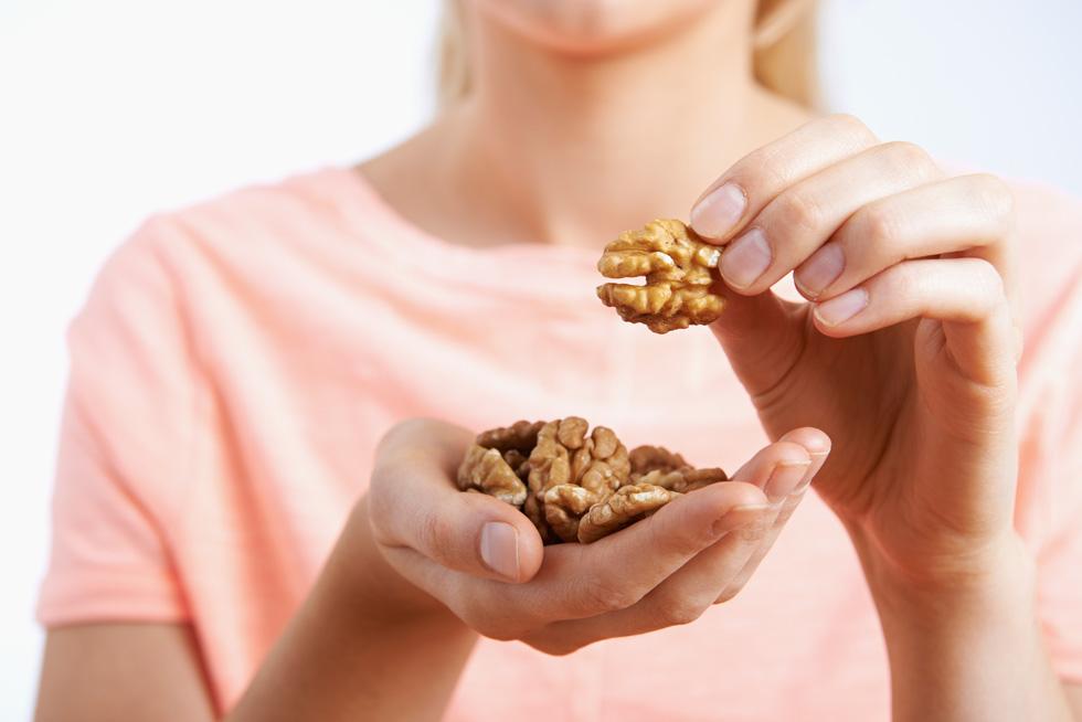 אגוזים במקום פרוסת לחם? (צילום: Shutterstock)