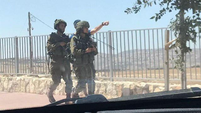 Soldiers scour Adam (Photo: Motti Mizrahi)