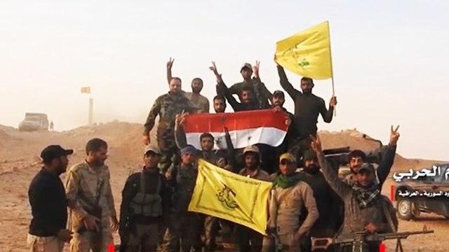Des miliciens iraniens tenant des drapeaux de Hebzollah en Syrie (Photo: Archive)