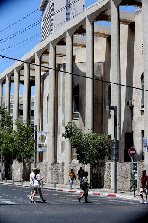 השיפוץ הגדיל את בית הכנסת, אך ניתק אותו מהרחוב (צילום: אביגיל עוזי)