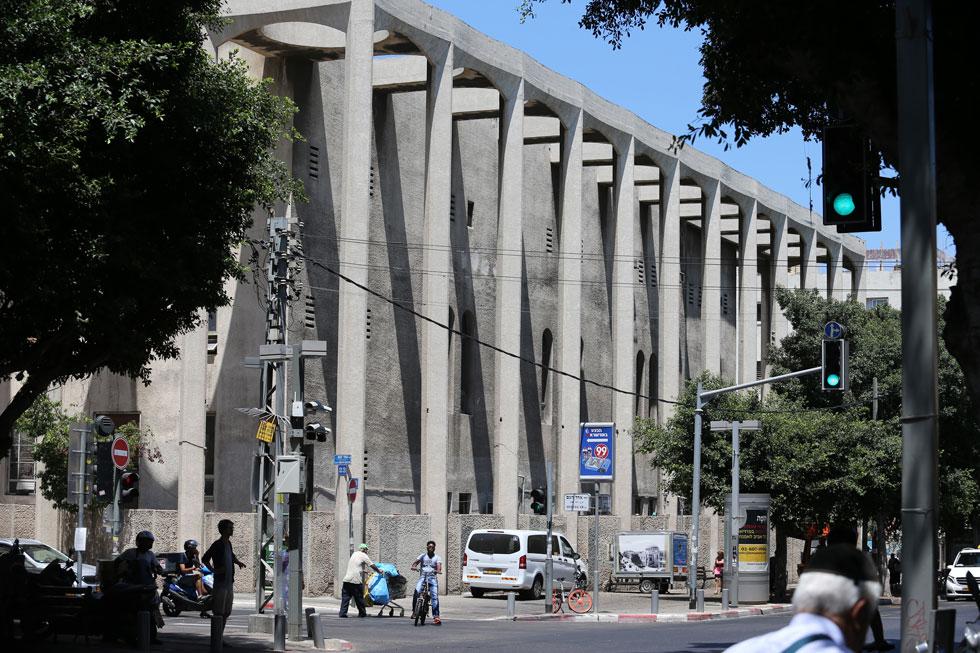 קולונדות העמודים המפויחים בפינת הרחובות אלנבי ואחד העם, בלב ת''א, לא היו קיימות לפני השיפוץ של 1969. הן הפכו את המבנה לקובייה מרופטת (צילום: אביגיל עוזי)