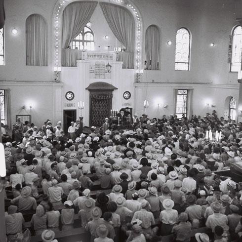 """עיצוב הפנים ישוחזר. בית הכנסת, שהיה הראשי בעיר, איבד זה מכבר את מעמדו ואת מתפלליו (צילום: טדי ברונר, לע""""מ)"""