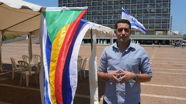 Jaber Habish, a reserve officer establishing a protest tent in Rabin Square (Photo: Motti Kimchi)