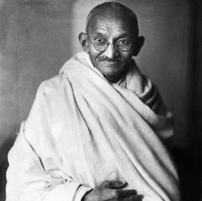 """מהטמה גנדי. טולה מצטט את אמירתו: """"אם אתה רוצה שינוי, תהיה השינוי"""""""