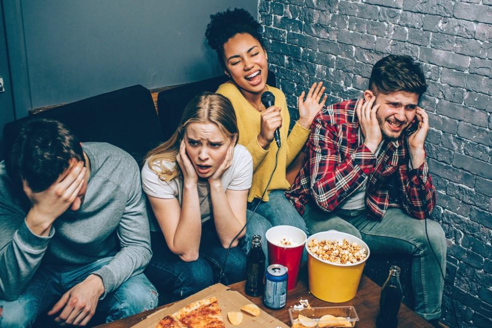 גם בילוי עם חברים במקום רועש יכול להזיק לאוזניים (צילום: shutterstock)