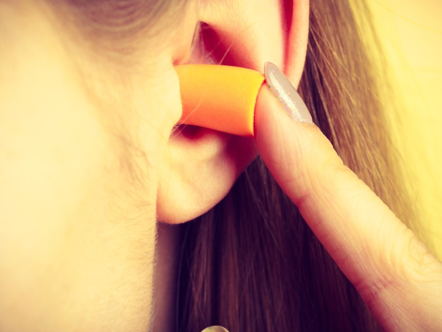 אטמי אוזניים יכולים לעזור במקום רועש (צילום: shutterstock)
