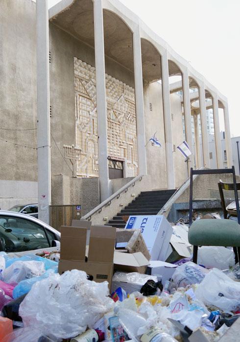 הכניסה לבית הכנסת, השבוע (צילום: מיכאל יעקובסון)