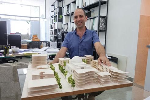 אדריכל השימור אורי פדן עם המודל של בית הכנסת אחרי השיפוץ (צילום: מיכאל יעקובסון)