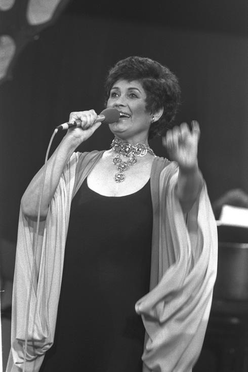"""העדיפה את הכינוי זמרת החיילים, ולא זמרת המלחמות. בהופעה בטלתרום, 1981 (צילום: יעקב סער, לע""""מ)"""