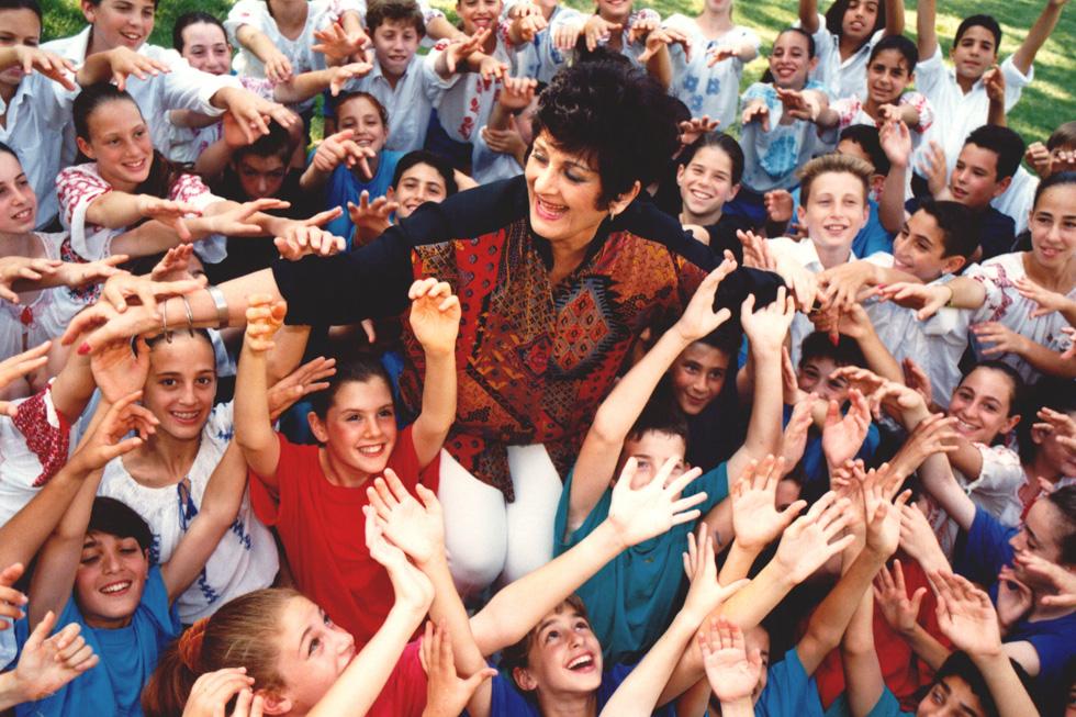 """""""יצרה את סגנון הלבוש שלה בעצמה, ללא עזרת סטייליסטים"""". עם ילדי להקת אפרוחי גבעתיים, 1994 (צילום: אביגיל עוזי)"""